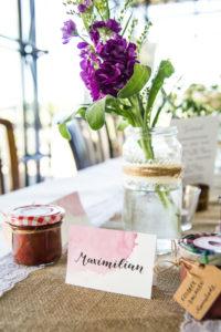 Namenskarte für Hochzeit mit Aquarellhintergund und Lettering