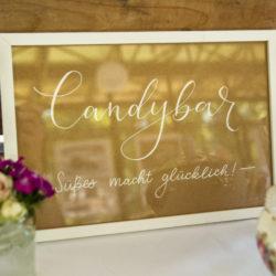 Candybar Schild aus Kraftpapier und einfachem weißen Rahmen