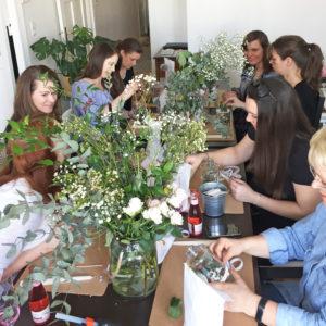 DIY-Teil mit Vasen und Blumen