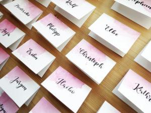Namenskarten mit Aquarellklecks und Namen